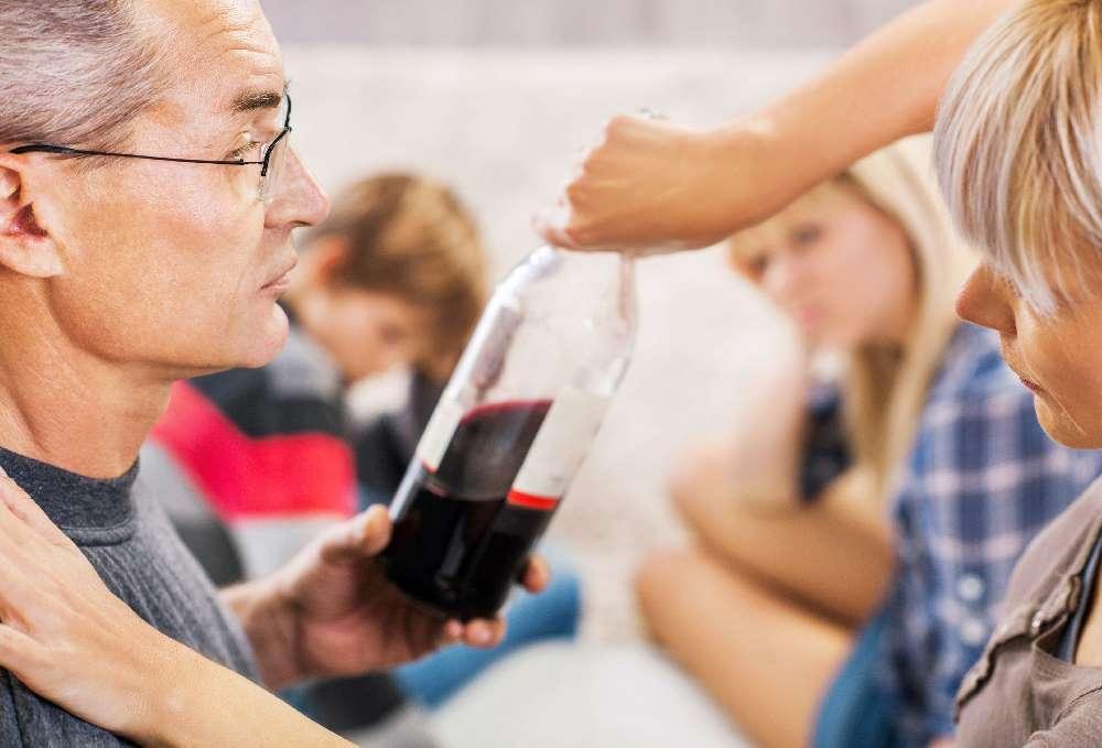 Как помочь алкоголику, члену семьи?