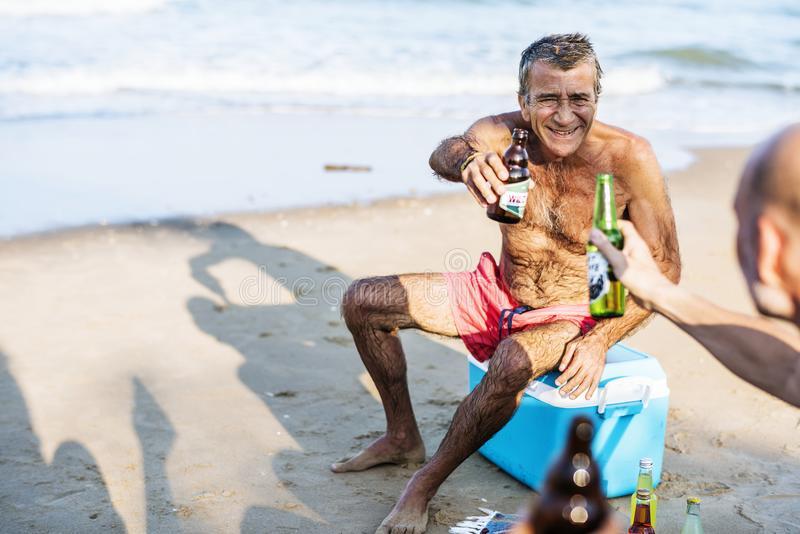 Употребление алкоголя на летнем солнце: 5 опасных рисков!